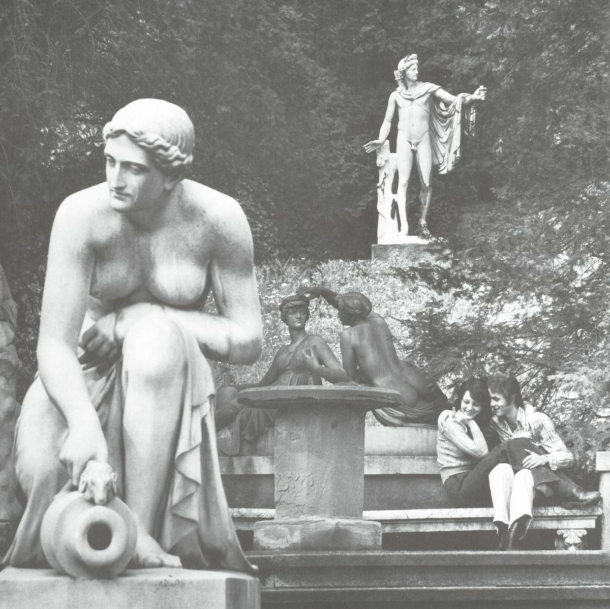 Heide Schmidt und Kollege vor der Nymphengruppe von Dannecker (Stuttgart im Bild, 1974)