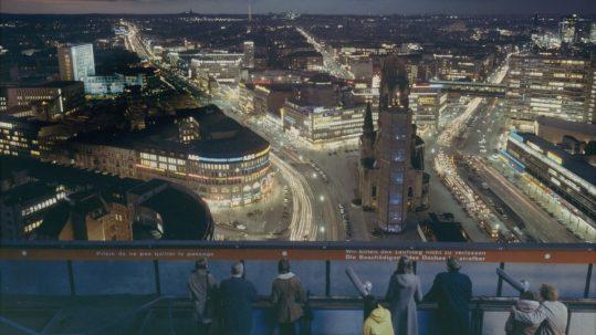 Ludwig Windstosser: Blick vom I-Punkt Berlin auf die Innenstadt mit Kaiser-Wilhelm-Gedächtniskirche, um 1971, Farbpapier, © Staatliche Museen zu Berlin, Kunstbibliothek / Ludwig Windstosser