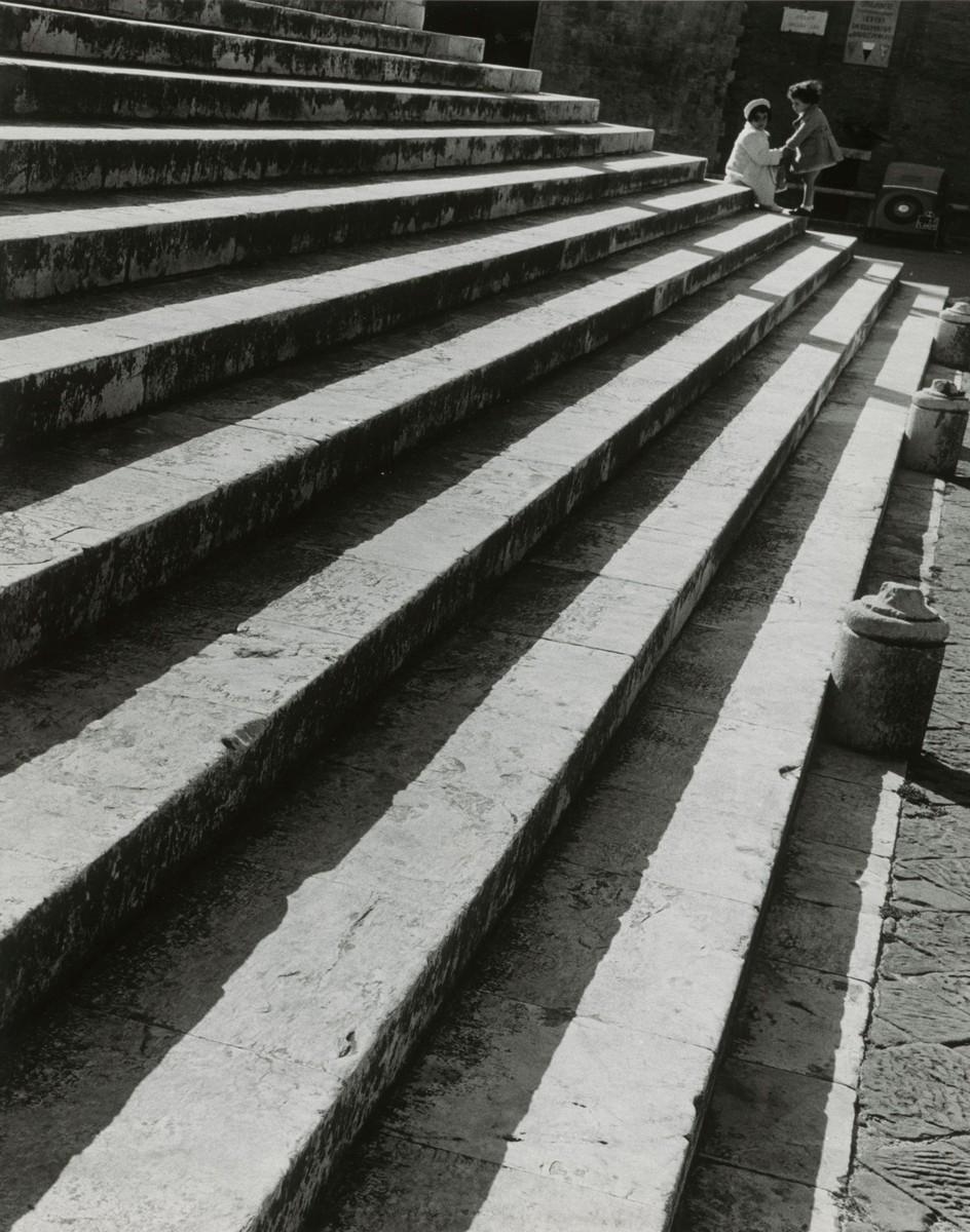 Ludwig Windstosser: Treppenstufen in Siena, 1949, Silbergelatinepapier, © Staatliche Museen zu Berlin, Kunstbibliothek / Ludwig Windstosser