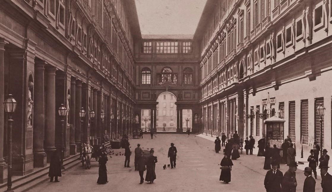 Fratelli Alinari, Gallerie degli Uffizi mit Loggia del Arno, Florenz, um 1895, Albuminpapier, Sammlung Fotografie der Kunstbibliothek, Staatliche Museen zu Berlin (Ausschnitt).