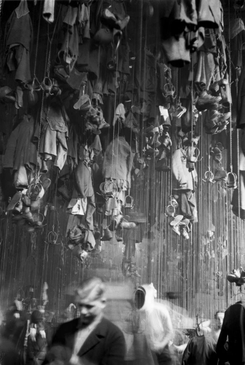 Waschkaue der Bergarbeiter, deren Kleidung an der Decke befestigt ist, Ruhrgebiet, ca. 1950, © United Archives / Erich Andres