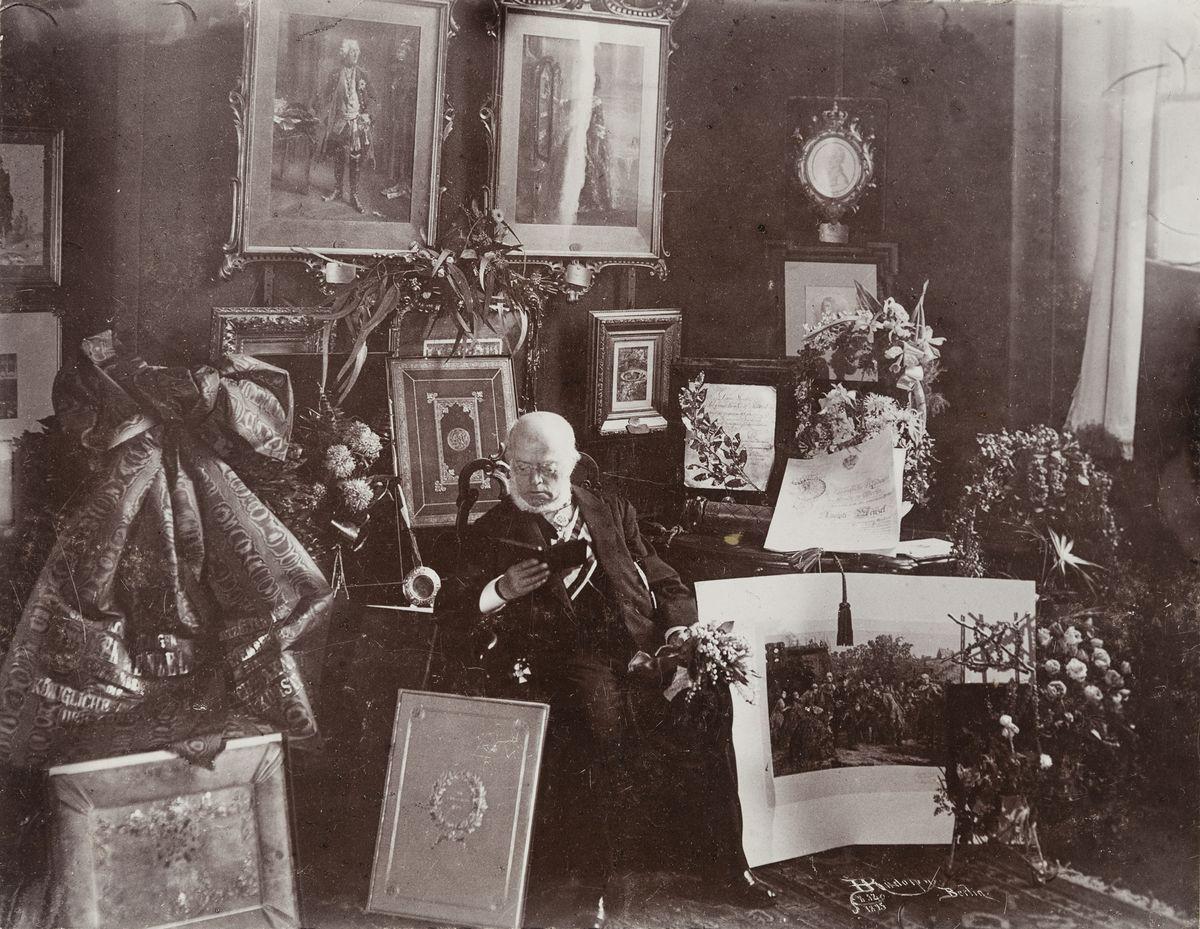 Hugo Rudolphy (1855-1919), Adolph Menzels 80-jährige Geburtstagsfeier in der Akademie der Künste, 1895, Kollodiumpapier, © Archiv der Universität der Künste, Berlin