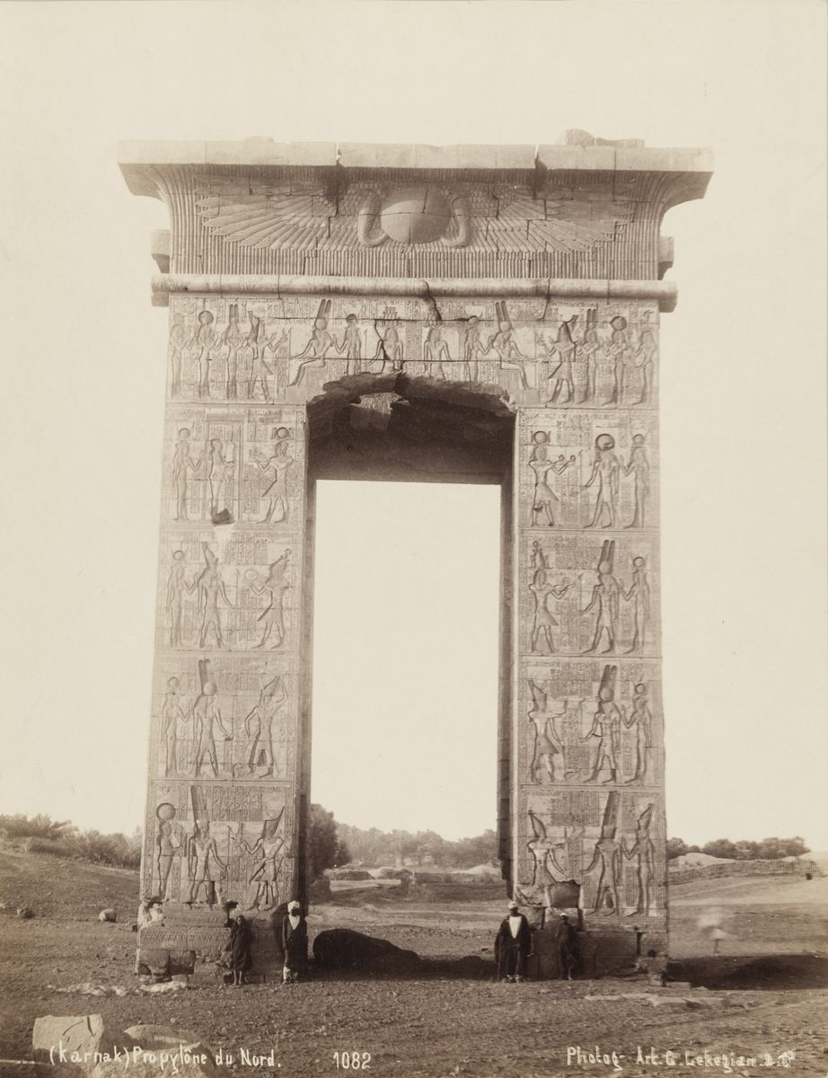 Gabriel Lekegian (1853-ca. 1920), Tempelanlagen in Karnak, Nordtor, Ägypten, 1880, Albuminpapier, © Archiv der Universität der Künste, Berlin