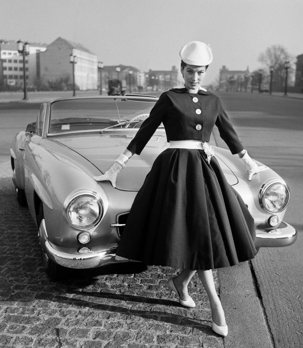 F.C. Gundlach: Die Modelinie von Staebe-Seger. Püppi Döhler auf der Bismarckstraße (Straße des 17. Juni), Berlin 1956 © Stiftung F.C. Gundlach