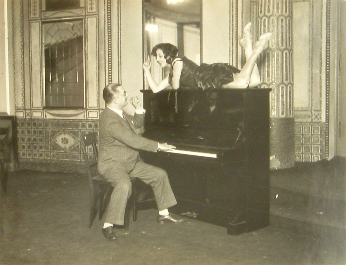 Martin Badekow, Walter Kollo mit Dame am Klavier, 1920–1930, © Staatliche Museen zu Berlin, Kunstbibliothek / Martin Badekow