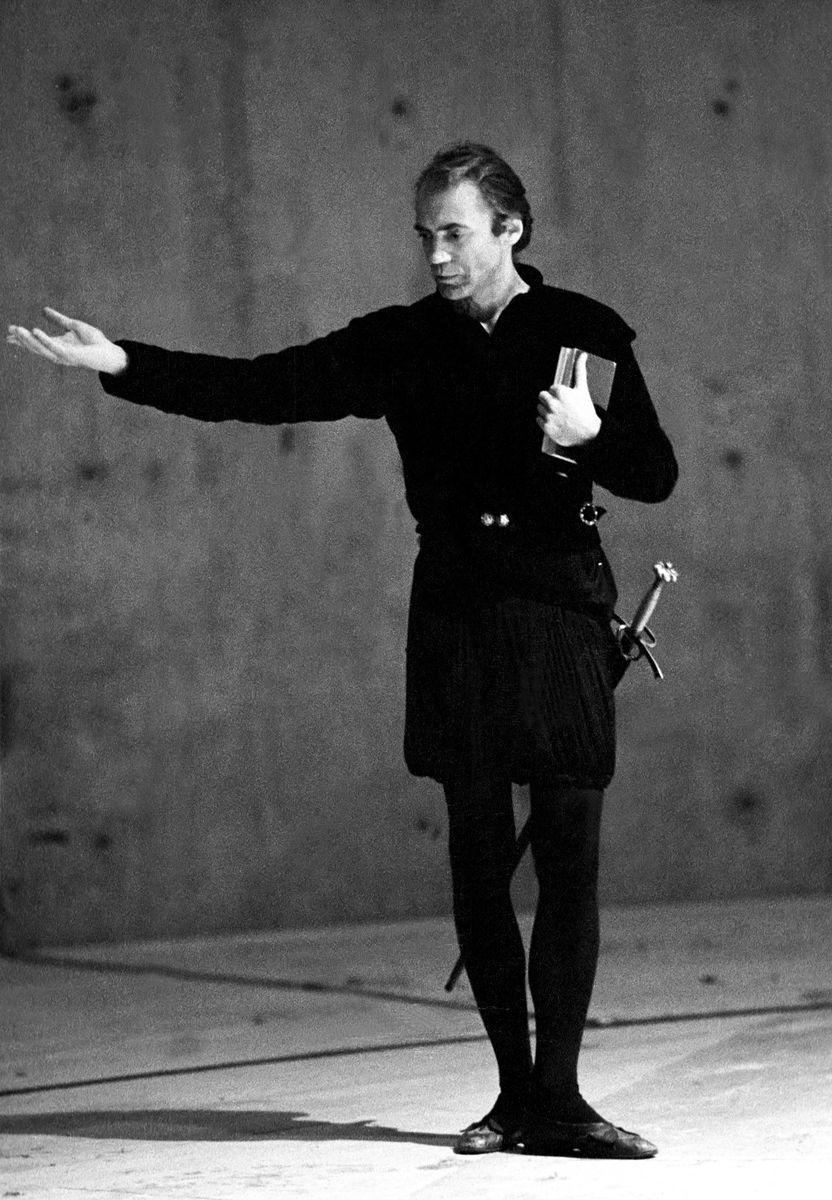 Hamlet von William Shakespeare, Schaubühne am Lehniner Platz Berlin 1982, Regie: Klaus Michael Grüber, Bühne: Gilles Aillaud, Hamlet: Bruno Ganz, © Ruth Walz